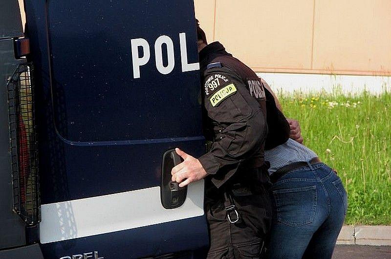 Zaatakował policjantów nożem