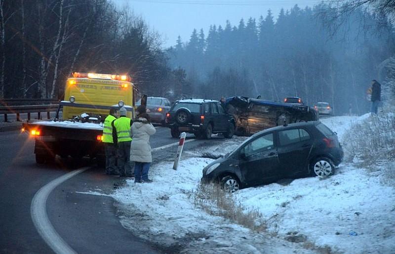 Dwa auta wypadły z drogi