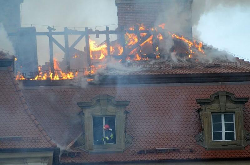 Płonie dach Zamku Książ - foto