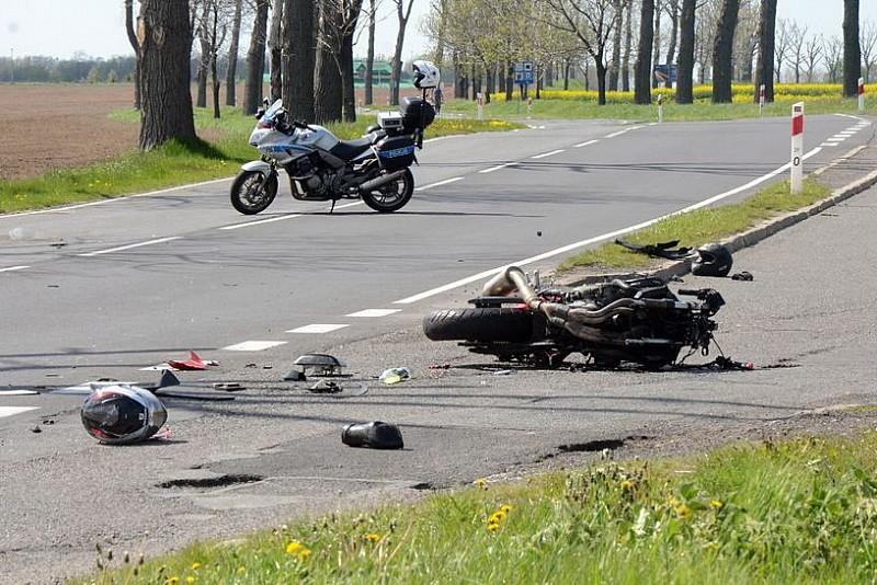 Czołówka osobówki z motocyklem - zdjęcia/film